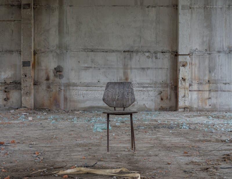Krzesło w zaniechanym budynku obrazy royalty free