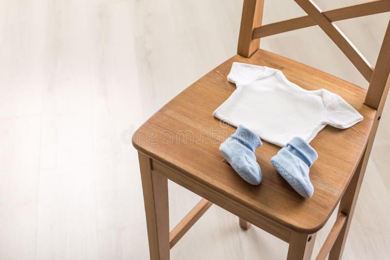 Krzesło z dzieckiem odziewa fotografia stock
