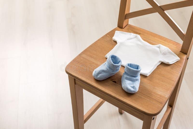 Krzesło z dziecko odzieżą fotografia stock