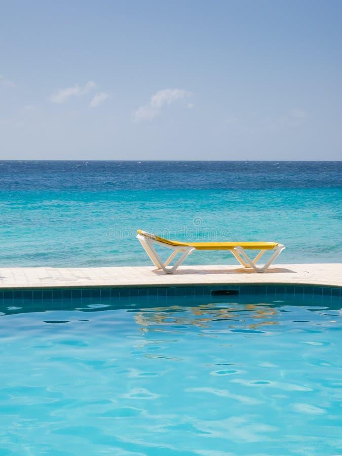 Download Krzesło woda obraz stock. Obraz złożonej z leisure, morze - 18056941