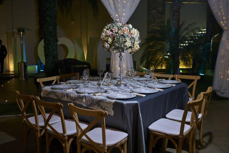 10 krzeseł zgłaszają położenie, elegancka sala balowa dla wesela, dekoracja pomysły, kwiatu centerpiece zdjęcie royalty free
