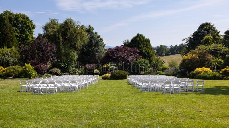 krzeseł rzędów ustawiania ślub drewniany zdjęcie royalty free