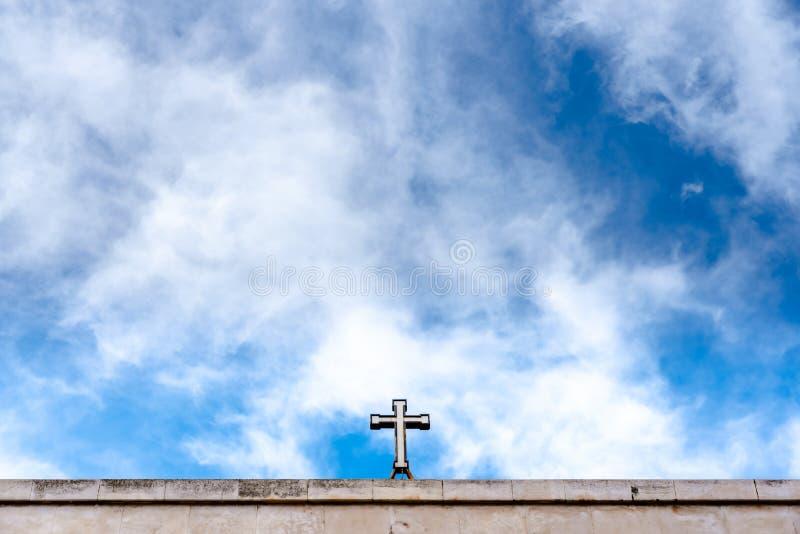 Krzyż chrześcijański na szczycie kościoła z dużą ilością niebieskiego nieba obraz stock