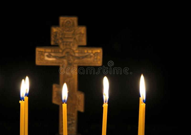 Krzyż i świeczki fotografia stock