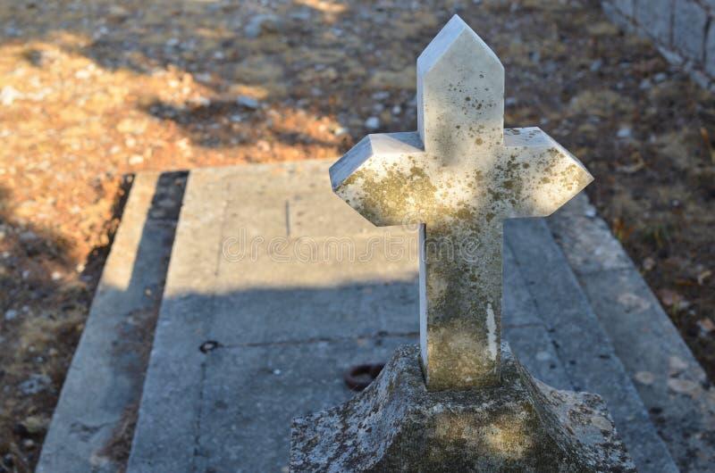 Krzyż i księga główna grób obrazy royalty free