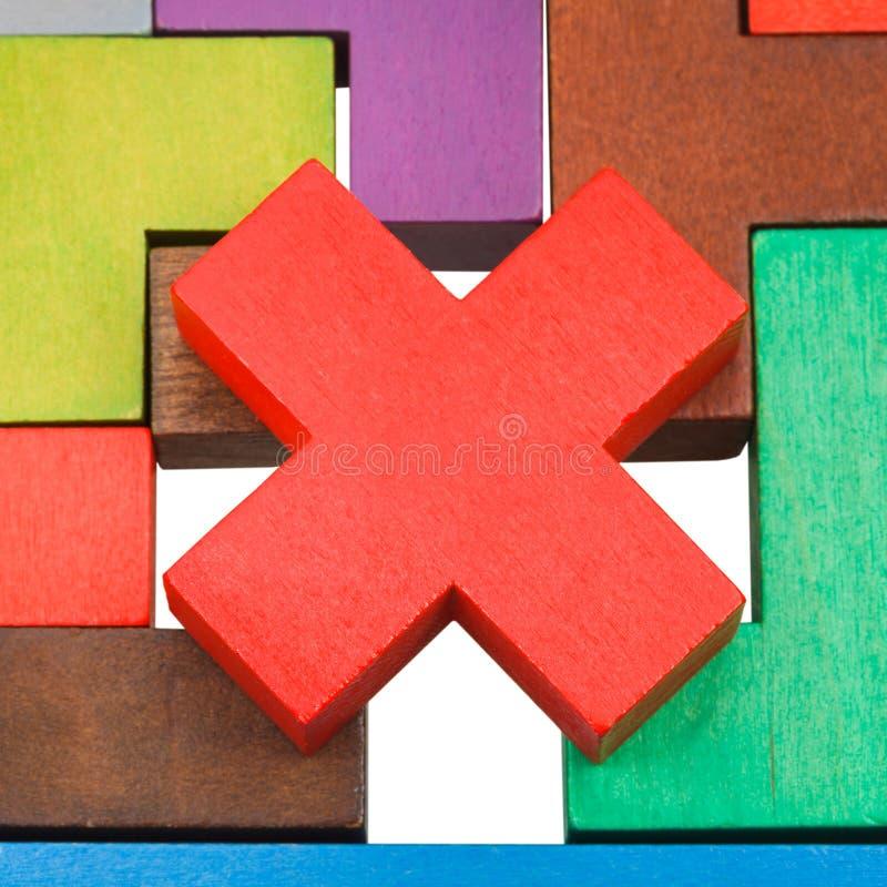 Krzyż kształtujący kawałek na drewnianym łamigłówki zakończeniu up fotografia stock