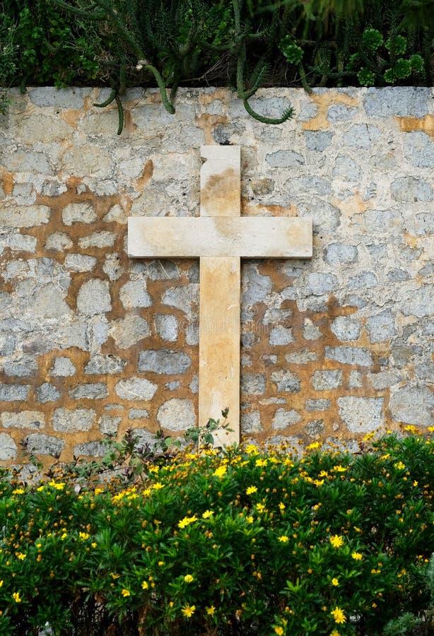 Krzyż na przestarzałej kamienistej ścianie Ibiza wyspa Hiszpania obraz stock