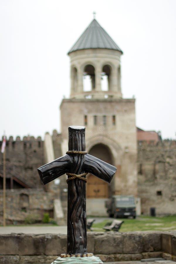 Krzyż przy Świątobliwym Nino& x27; s grób w Mtskheta, Gruzja zdjęcia stock