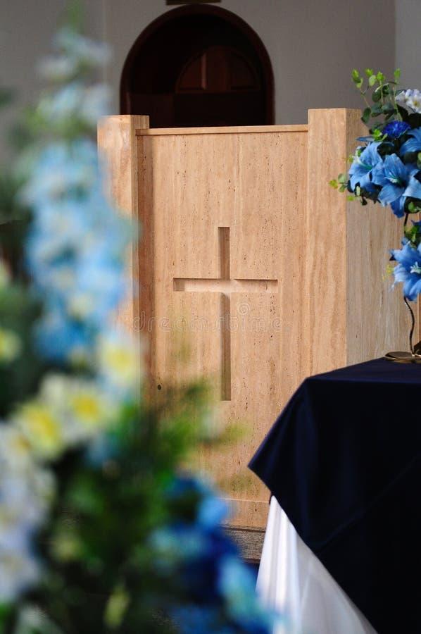 Krzyż przy kościół katolickiego ołtarzem obraz royalty free