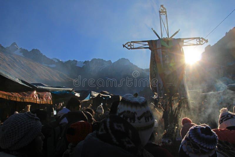 Krzyż przy Quyllurit& x27; inka festiwal w peruvian Andes zbliżam ausangate górę fotografia royalty free