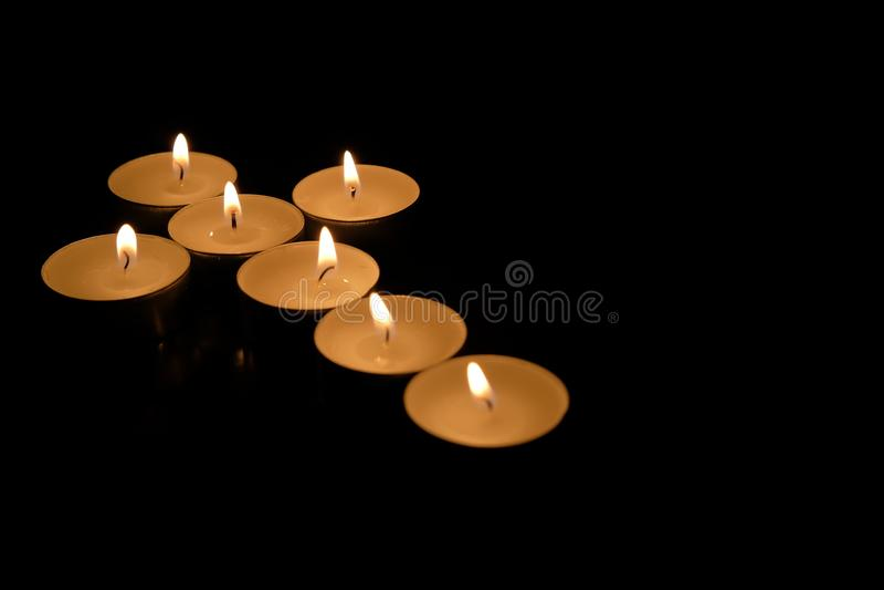 Krzyż robić od świeczek, na czarnym tle fotografia stock