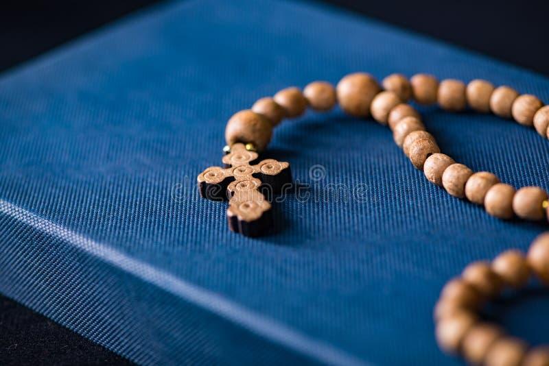 Krzyż w religijnym pojęciu i biblia zdjęcia royalty free