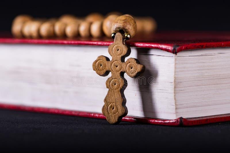 Krzyż w religijnym pojęciu i biblia zdjęcie stock