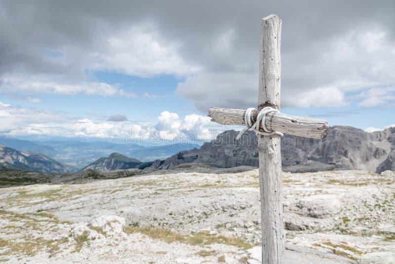 Krzyż z niebem i górami w tle fotografia royalty free