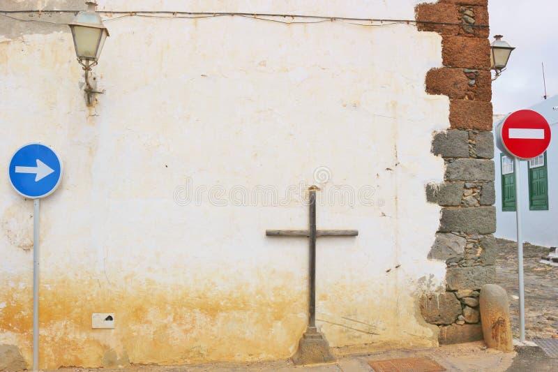Krzyża i ruchu drogowego znaki, Teguise, Lanzarote, Hiszpania zdjęcie stock