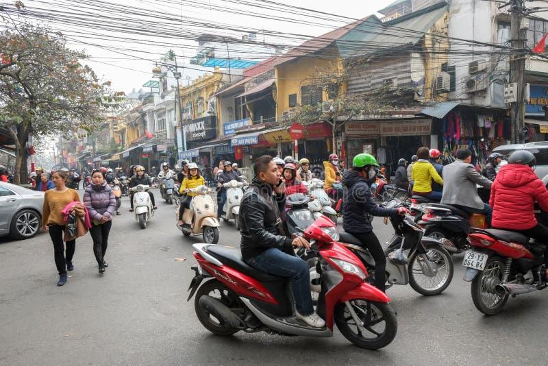 Krzyżować ulicy Hanoi zdjęcia stock