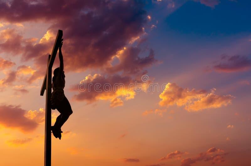 Krzyżowanie Jezus nad dramatycznym niebem zdjęcie royalty free