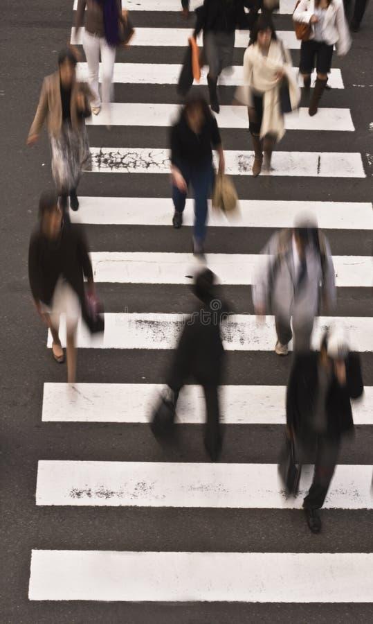 krzyżujący ludzie ulicznego obrazy stock