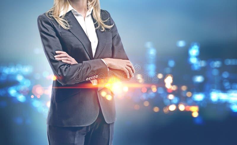 Krzyżujący ręka bizneswoman w nocy mieście zdjęcie stock