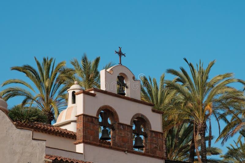 Krzyżuje na kościół, monasteru dzwonkowy wierza z/ zdjęcie stock