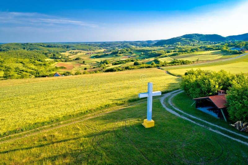 Krzyżuje na wzgórzu w wiejskiej górskiej wiosce Apatovec obraz stock