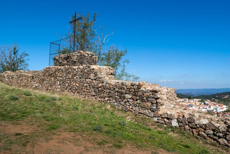 Krzyżuje w antycznych ruinach kasztel Aracena fotografia royalty free