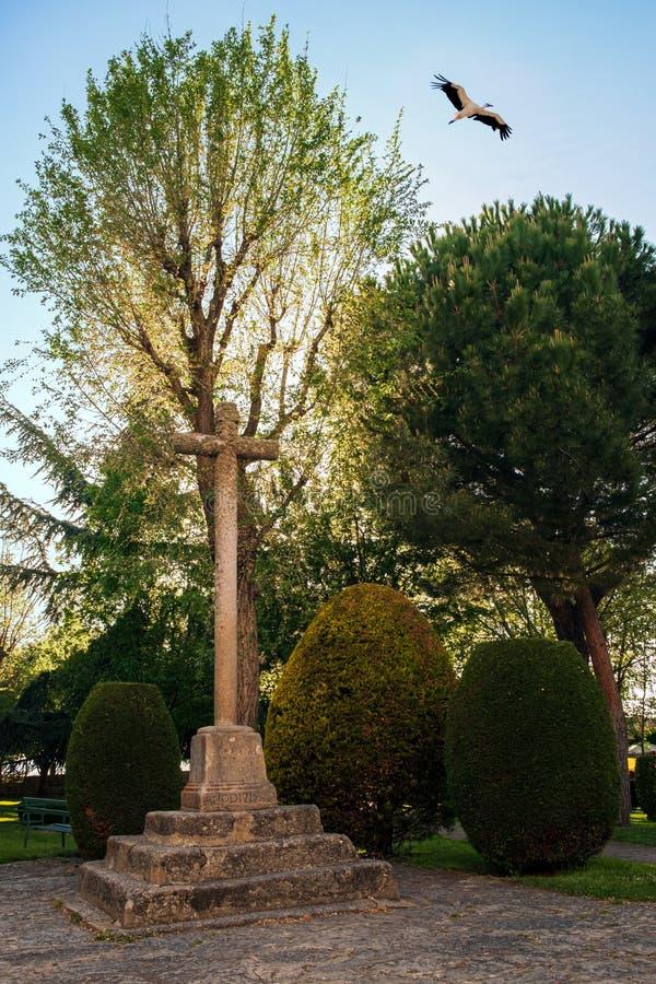 Krzyżuje w Santuario De Nuestra Senora de Sonsoles z bocianowym lataniem, Avila, Hiszpania zdjęcie stock