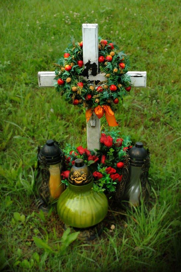Krzyżuje z wiankiem i świeczkami, grobowiec zdjęcie stock