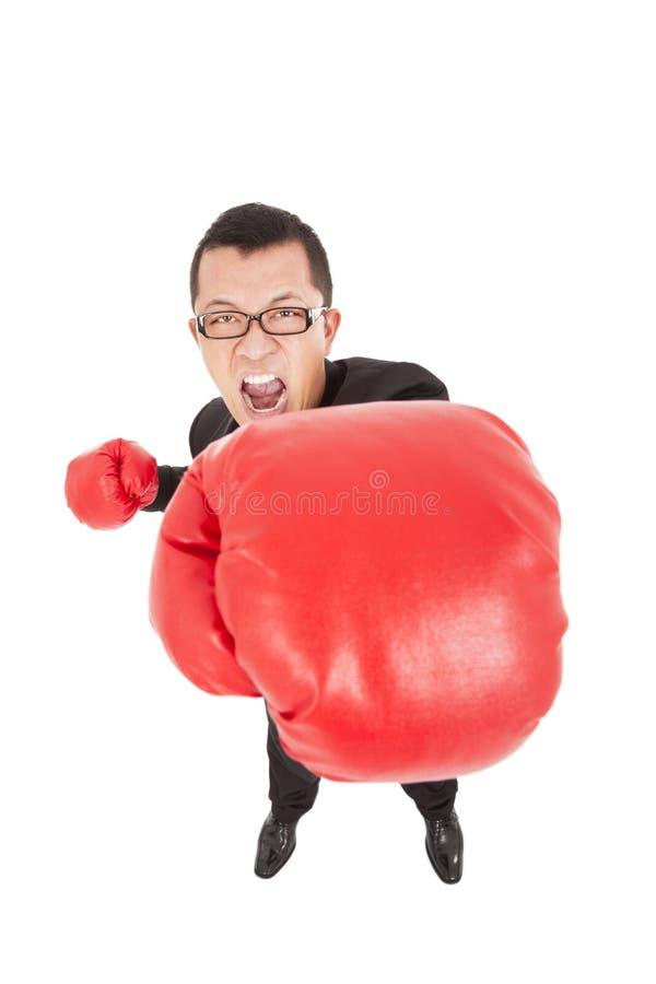 Krzyczący biznesmena atak wróg z bokserskimi rękawiczkami zdjęcie royalty free