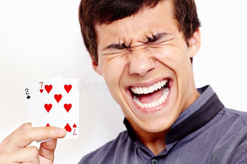 Krzyczący facet z złymi karta do gry zdjęcie royalty free