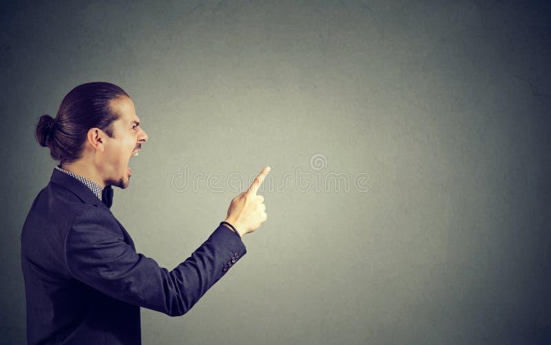 Krzyczący gniewny mężczyzna na szarość fotografia royalty free