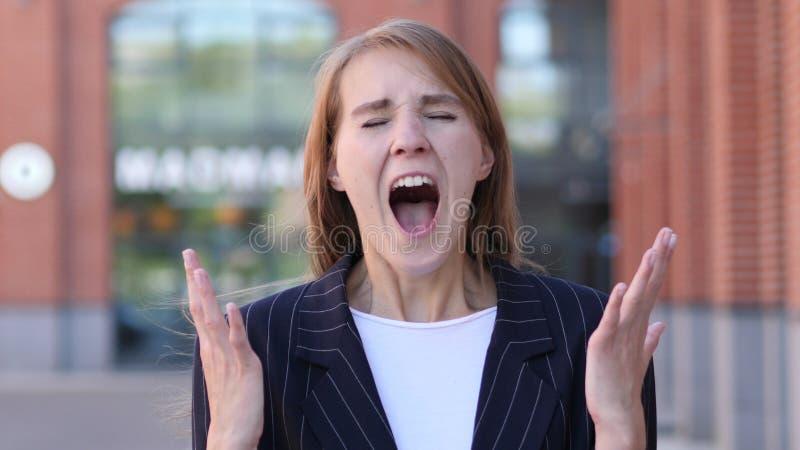 Krzyczący, Krzycząca Biznesowa kobieta w złości obraz royalty free