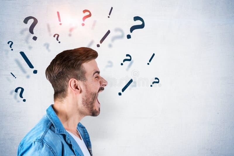 Krzyczący mężczyzna, pytanie i okrzyk oceny, zdjęcie stock