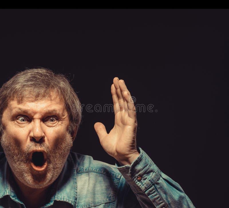 Krzyczący mężczyzna w drelichowej koszula obraz stock