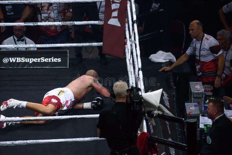 Krzysztof Glowacki L, der sich auf dem Ring nach knockout Knock out hinlegt lizenzfreie stockfotos
