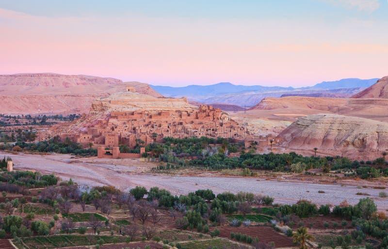 Ksar de AIT-Ben-Haddou y de alrededores en el amanecer, Marruecos AIT-Ben-Haddou a lo largo del banco de un río secado fotos de archivo libres de regalías