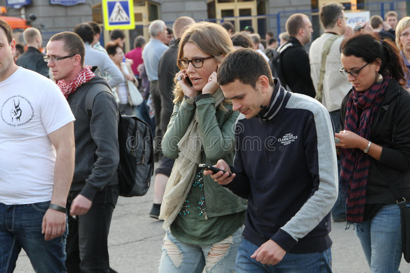 Ksenia Sobchak e Ilya Yashin, perto das partes da oposição do russo para eleições justas, podem 6, 2012, quadrado de Bolotnaya, M fotografia de stock