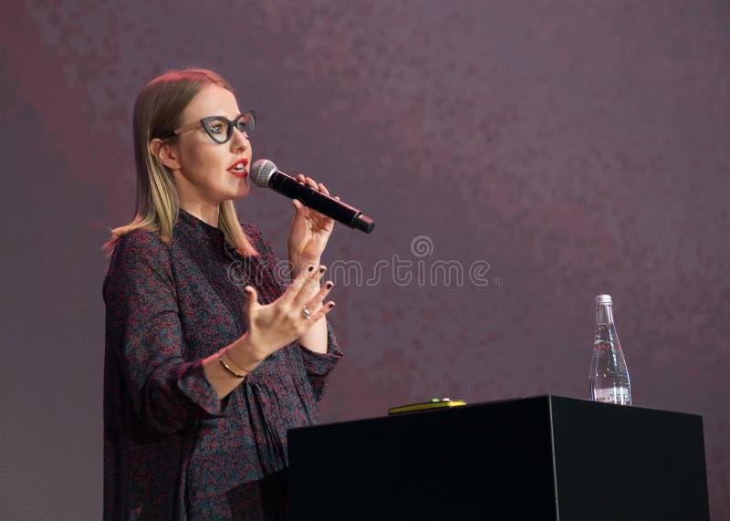 Ksenia Sobchak executa na conferência de negócio imagens de stock royalty free