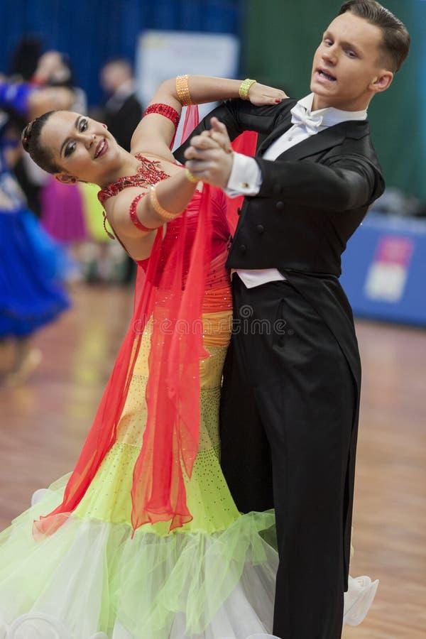 Ksenzhik Pavel und Standardprogramm Stanislavchik Mariya Perform Youth-2 über nationale Meisterschaft stockfotografie