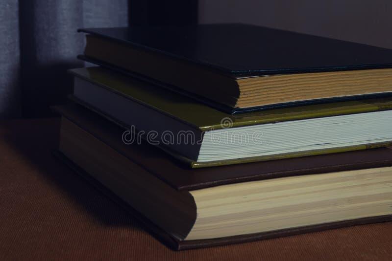 Książki na stole w nocy zaświecają zdjęcia royalty free