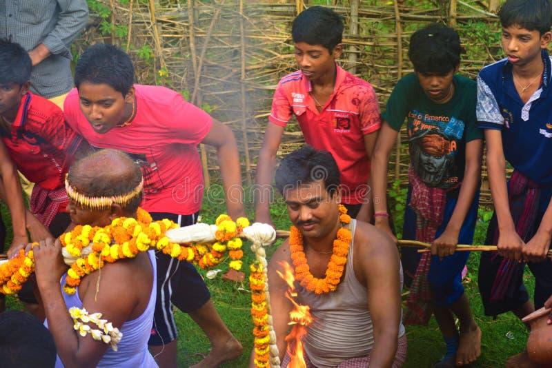 Ksiądz przynosi świętą wodę dla cześć władyka Shiva wieśniacy cieszą się programującego zdjęcie stock