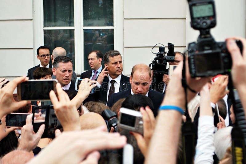 Książe William wśród tłoczy się w Warszawa zdjęcia stock