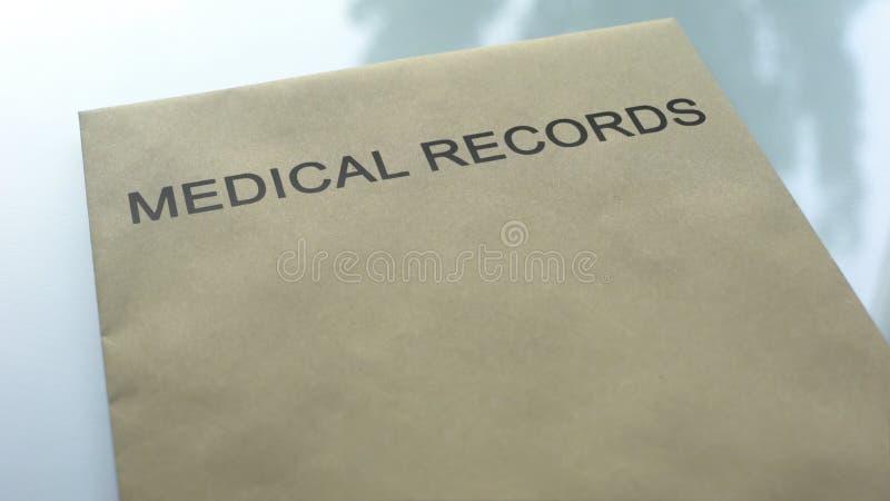 Książeczki zdrowie, falcówka z znacząco dokumentami kłama na stole, zakończenie w górę obraz royalty free