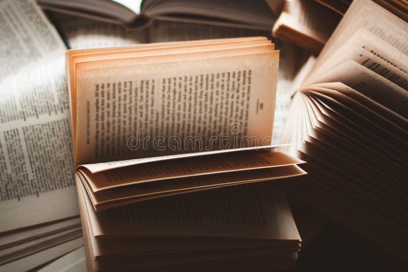 Książek kłaść otwarty na stosie książki zdjęcia stock