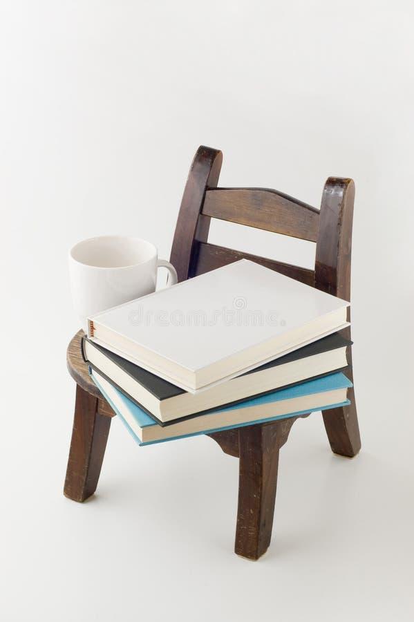książek krzesła filiżanka stara zdjęcia stock