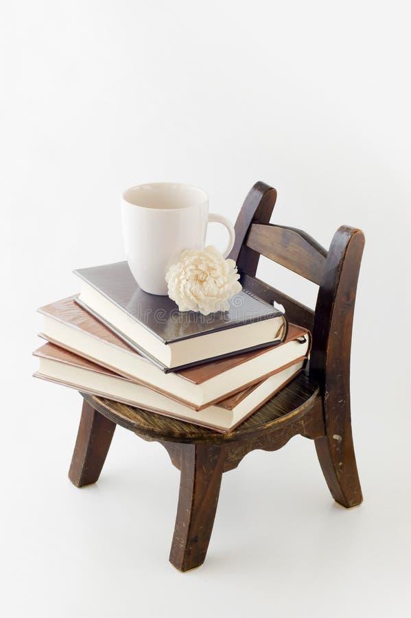 książek krzesła filiżanki stary ścienny drewniany obrazy stock