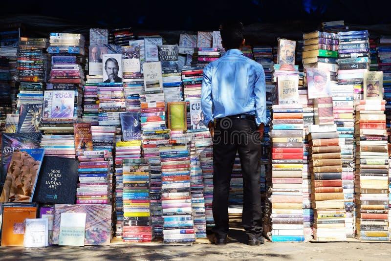 książek mężczyzna czytelniczy tytuły fotografia royalty free