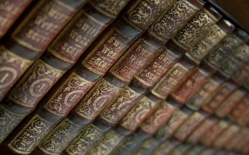 książek target1854_1_ odizolowywam nad ścieżki rocznika biel zdjęcia royalty free