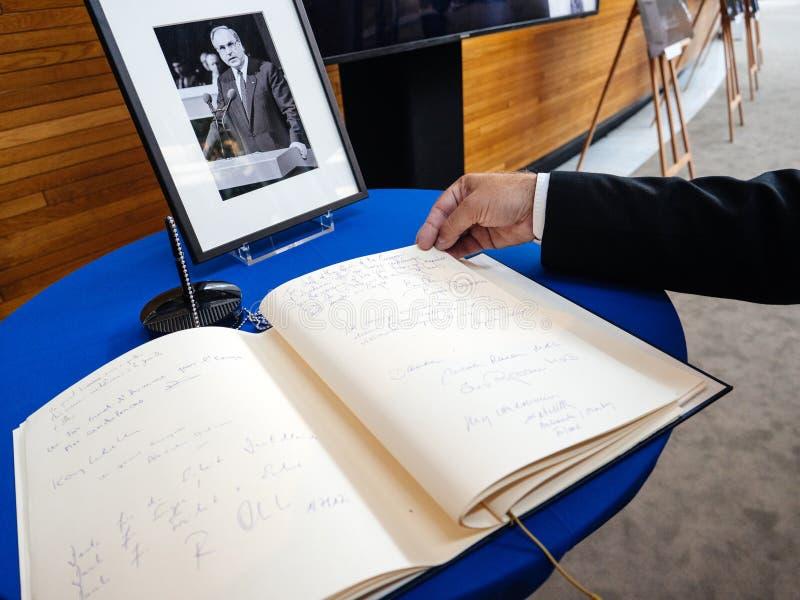 Książka condoleances dla Helmut Kohl przy parlamentem europejskim zdjęcia stock