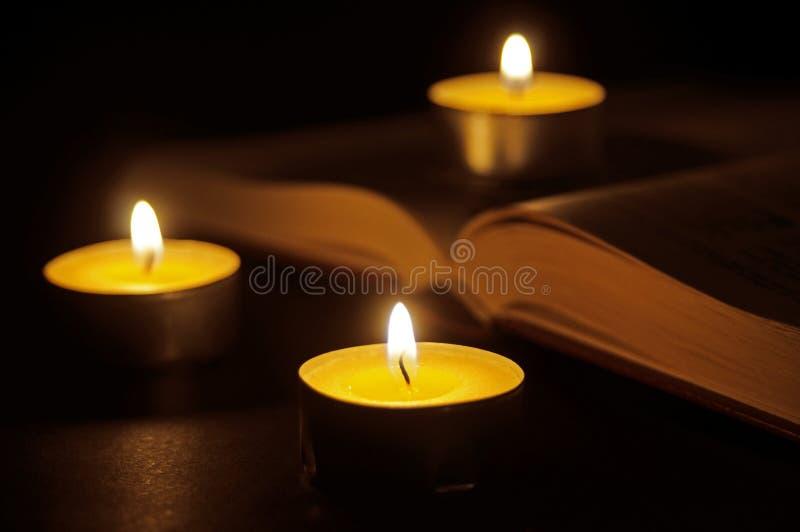 Książka i świeczki obraz stock
